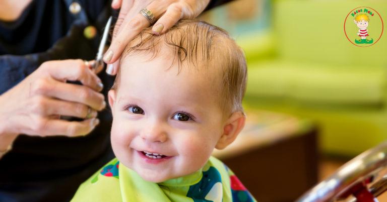 boldog kisgyerek első hajvágás hajvágáshoz szoktatás